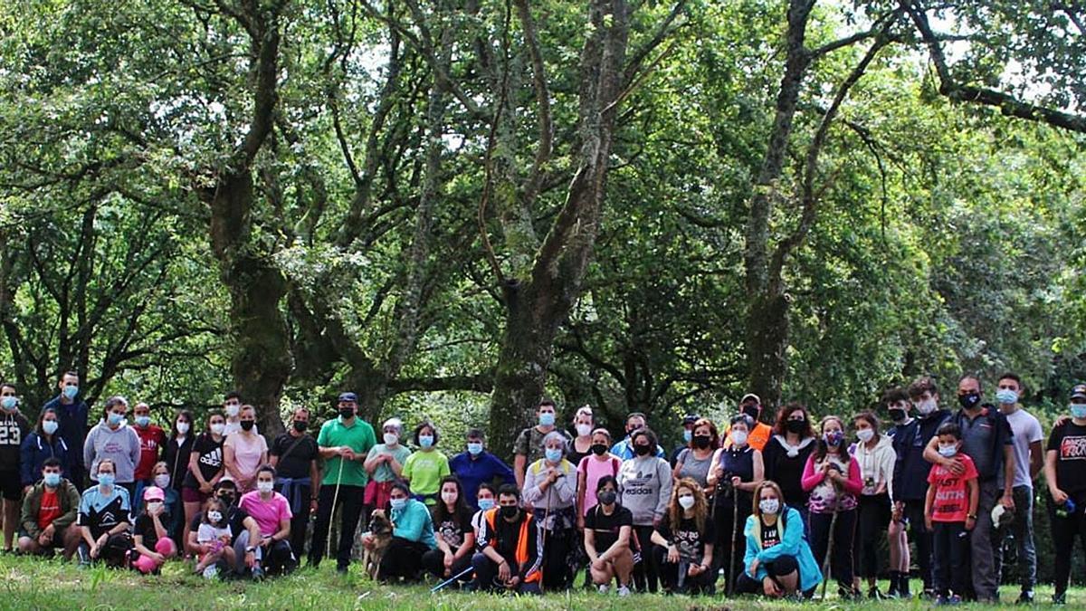 Participantes en la caminata que tuvo lugar el domingo por la parroquia de Noceda y su entorno.  