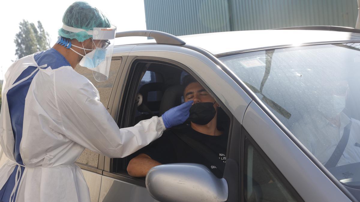 Un joven se somete a una PCR en Avilés