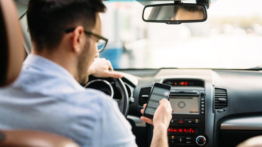 La DGT castigarà amb més duresa l'ús del mòbil al volant