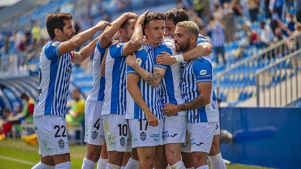 Los jugadores del Baleares celebran un tanto en el último partido disputado en el Estadi.
