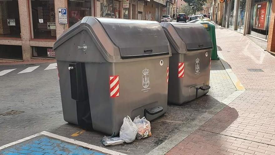 El Ayuntamiento de Benavente  instala los nuevos contenedores de carga lateral con pedales