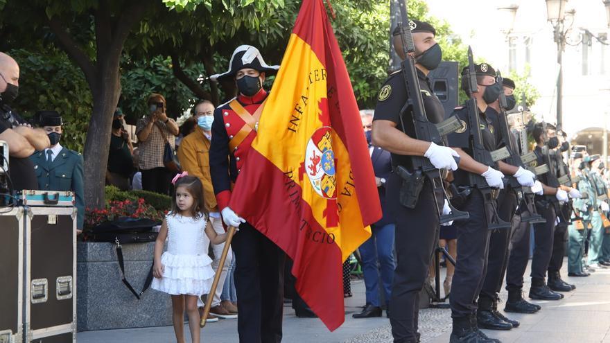 Córdoba arropa a la Guardia Civil en un multitudinario izado de bandera en Las Tendillas