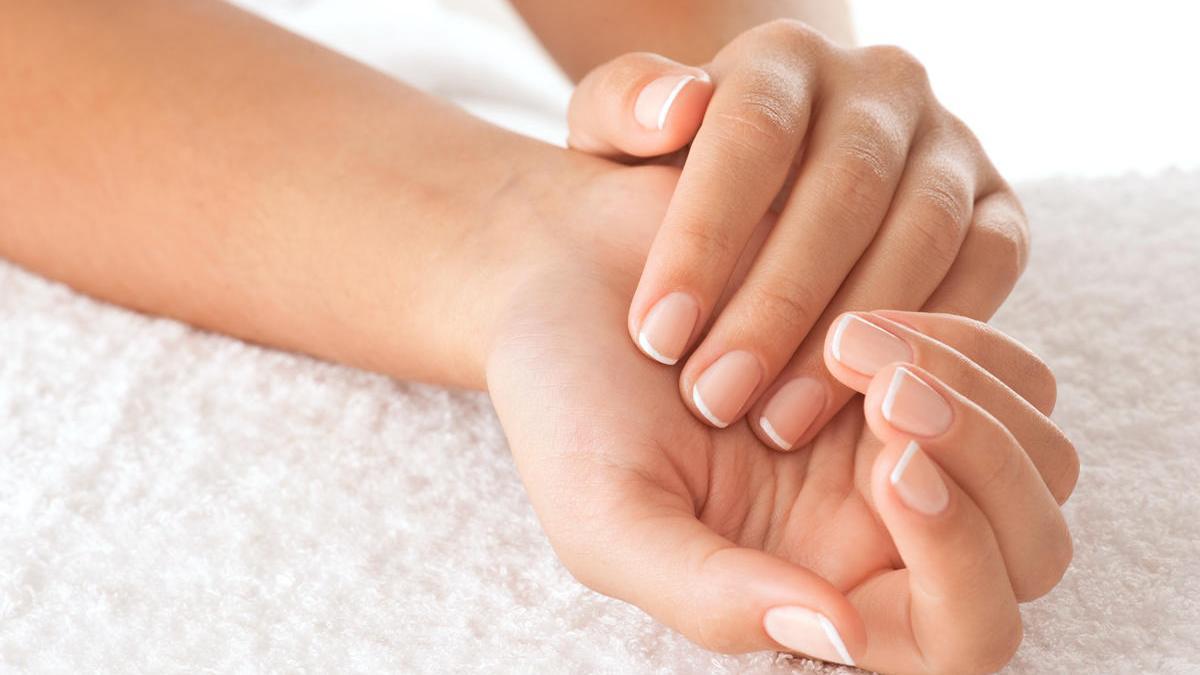 Es recomendable limpiar bien tus uñas, recortarlas y limarlas una vez a la semana.