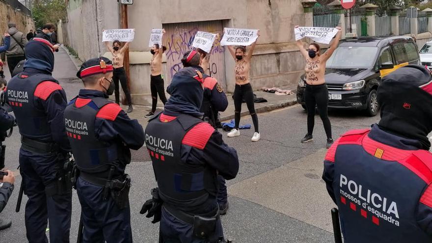 Manifestants de Femen protesten al col·legi on ha votat el candidat de Vox