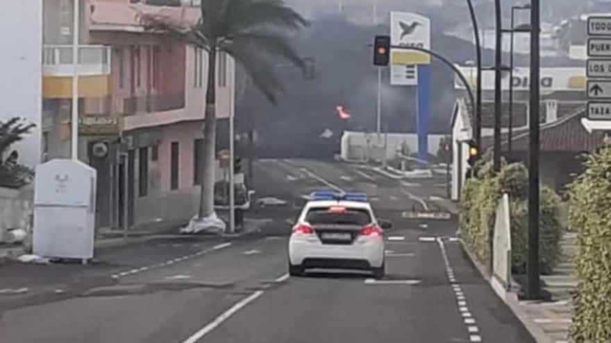 Las coladas de lava del volcán de La Palma llegan a la gasolinera y el colegio de La Laguna