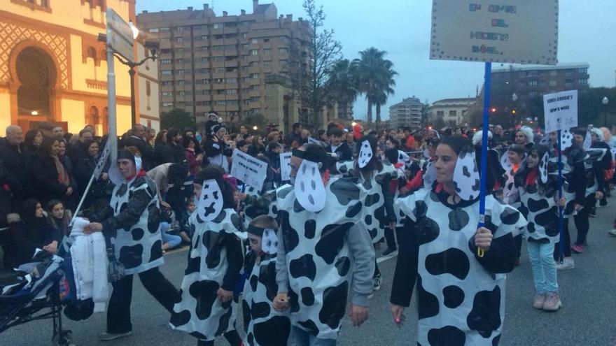 Gijón celebra su gran desfile de Antroxu