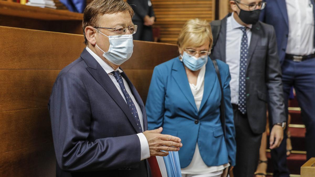 El presidente de la Generalitat, Ximo Puig; la consellera de Sanidad, Ana Barceló; y conseller de Política Territorial, Arcadi España, llegan a las Cortes.