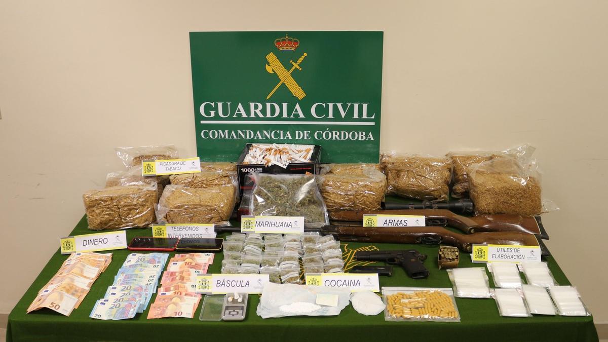 Droga, dinero y armas intervenidas por la Guardia Civil.
