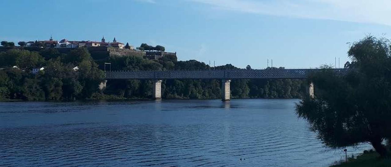 Imagen actual del Puente Internacional, con los primeros postes en la parte superior. // D.B.M.