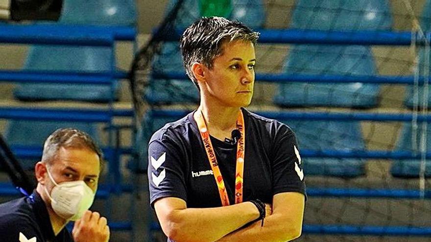 """Cristina Cabeza, entrenadora del Liberbank Gijón de balonmano: """"La temporada que viene, cuando estemos todas, vamos a disfrutar"""""""