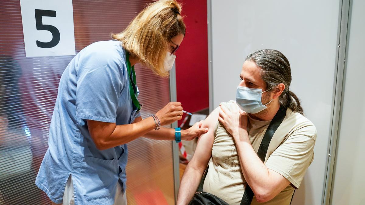 Un hombre recibe la primera dosis de la vacuna de Pfizer.