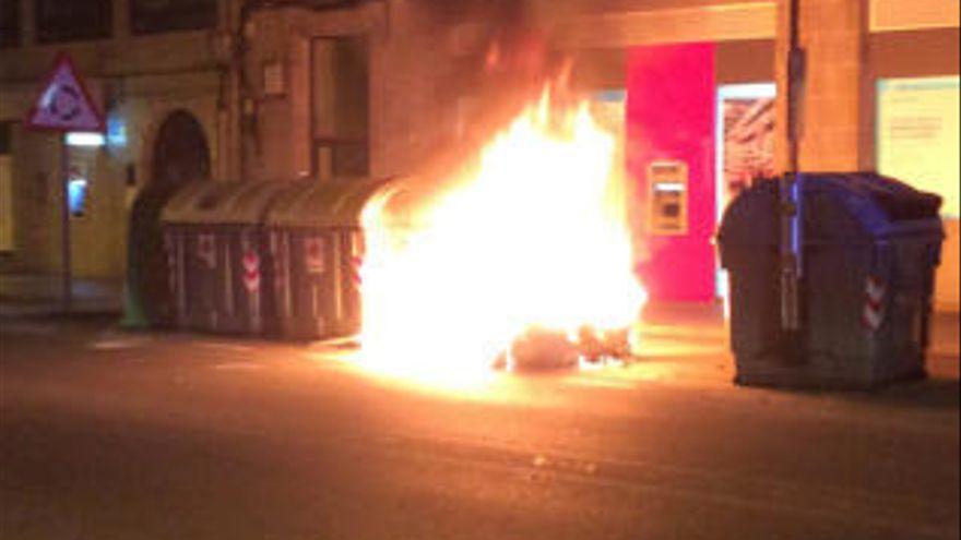 Prende fuego a 16 contenedores y dos coches de madrugada en Murcia