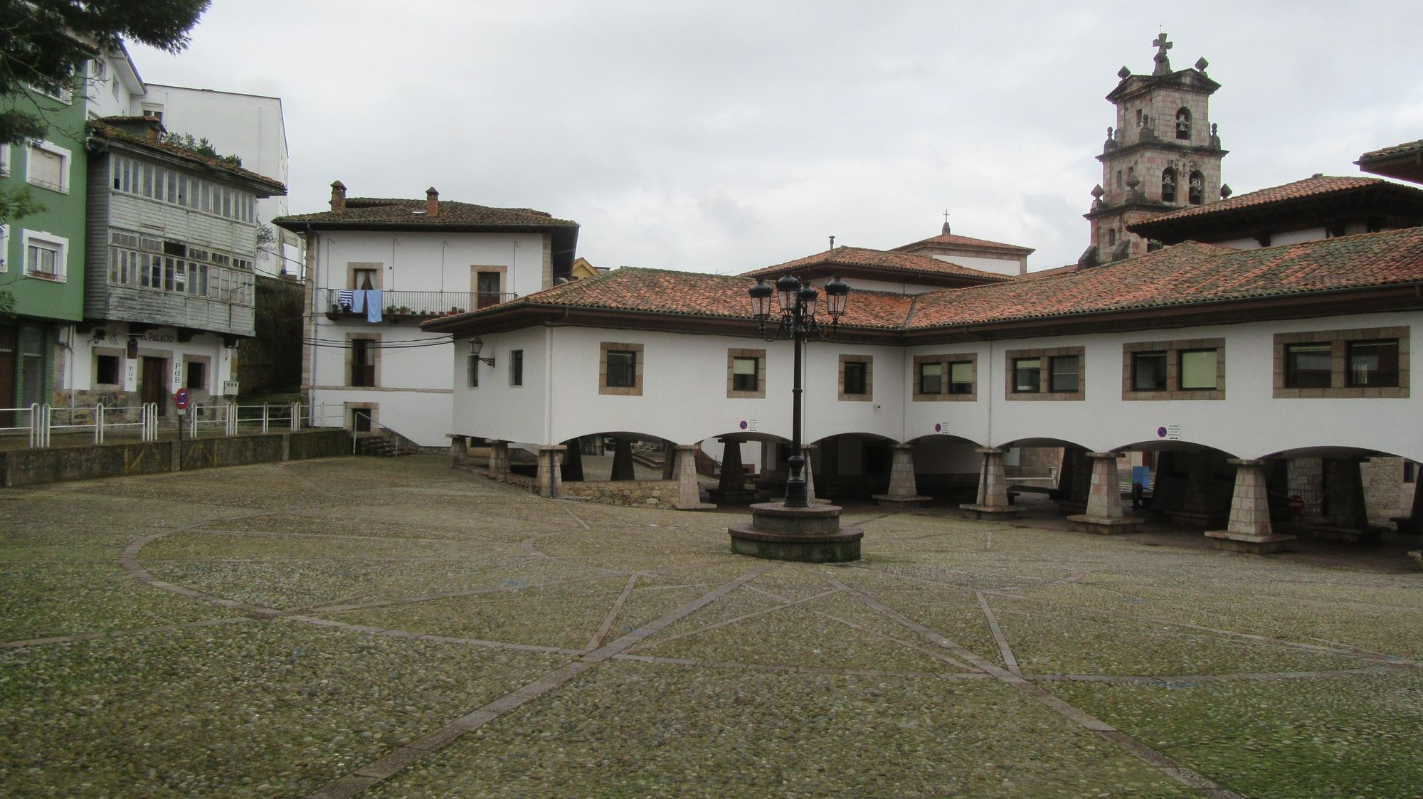 Plaza Cangas de Onís vacía. Carbajal.JPG