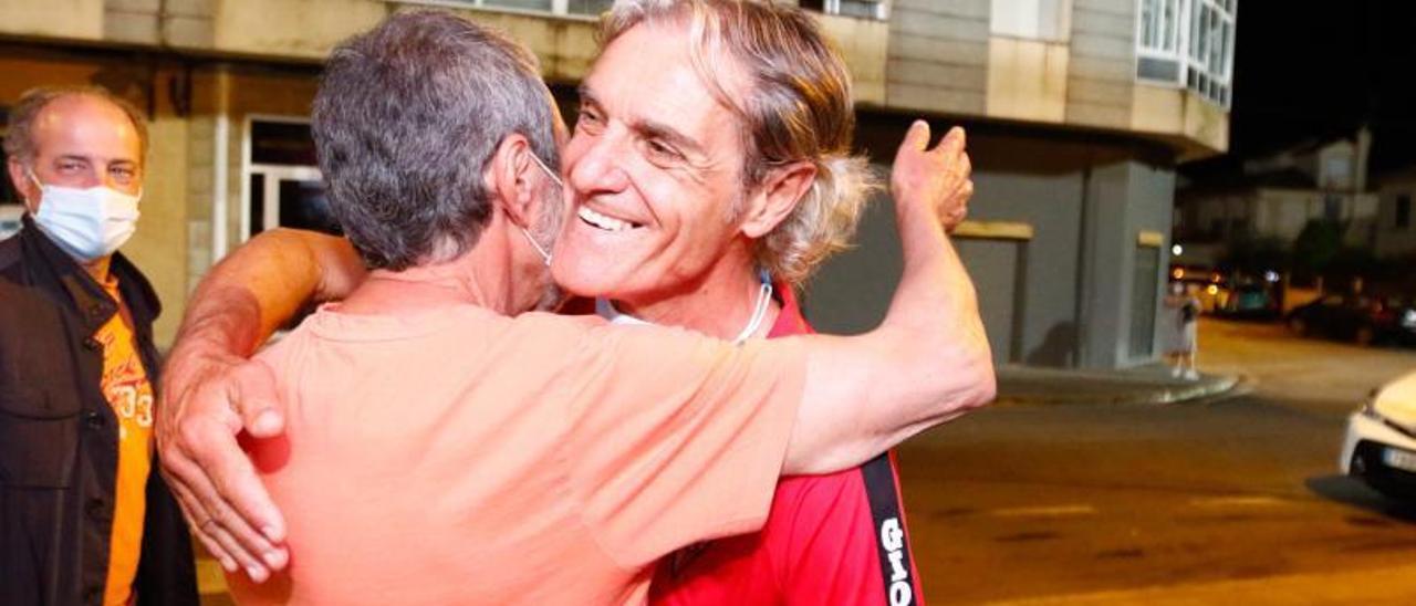 Rafa Sáez se funde en un abrazo con un aficionado.
