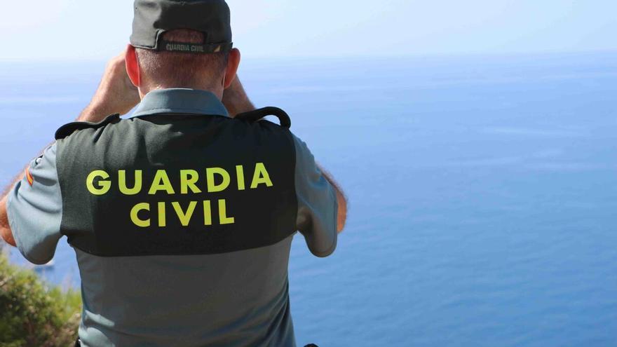 Dos patrones detenidos al sorprenderlos repostando una patera en Formentera