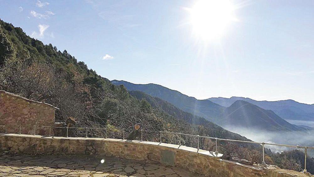 Dia de sol i alguna boirina a peu de muntanya.