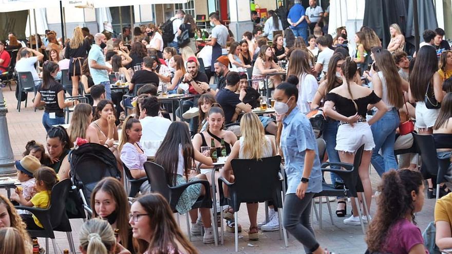 Cientos de eldenses ignoran el covid y se echan a la calle en el segundo año sin fiestas