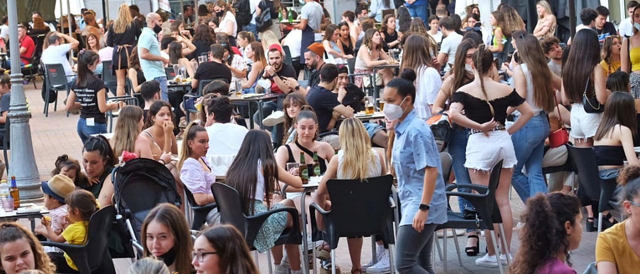 Los eldenses debían cantar «Idella» desde los balcones pero muchos se reunieron ayer por la tarde en la Plaza Mayor, como refleja la foto. | ÁXEL ÁLVAREZ