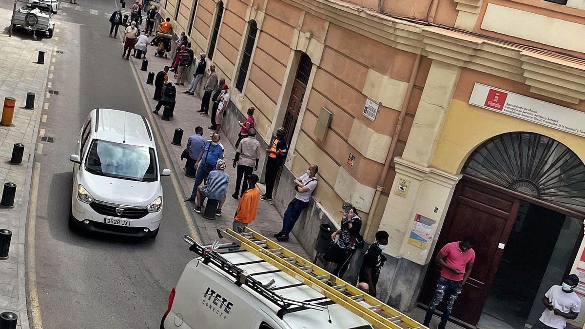 Colas para ser atendidos por el comedor social en Murcia .  israel sánchez