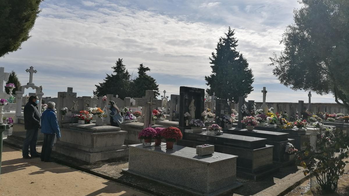 Vecinos visitan las sepulturas de sus familiares en el cementerio municipal