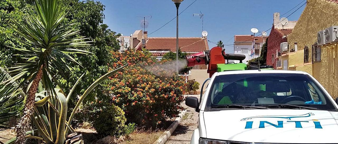 Imagen de la fumigación de calles interiores en Las Torretas con autorización de los vecinos.   INFORMACIÓN