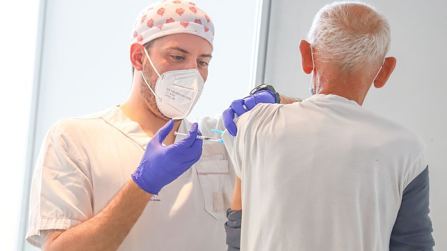 Inicio de la vacunación masiva en el CMO de Torrevieja para personas de 64 y 65 años