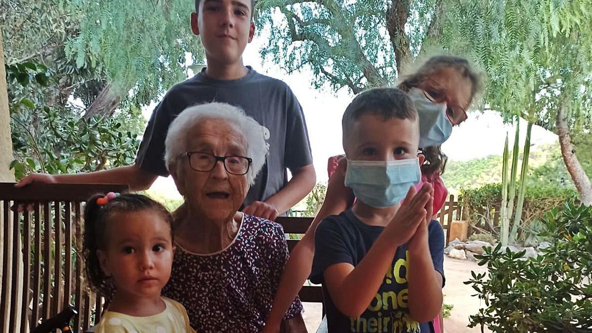 Pepa junto a sus bisnietos en su 101 cumpleaños. Abajo junto a sus hijos y nuera. | INFORMACIÓN