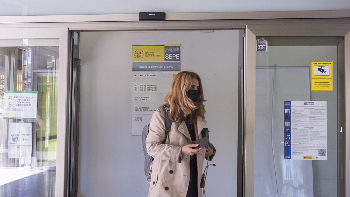 Una mujer entra en una oficina del SEPE.
