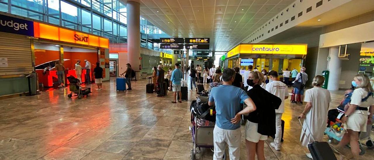 La zona de mostradores de los rent-a-car en el aeropuerto de El Altet.   MATÍAS SEGARRA