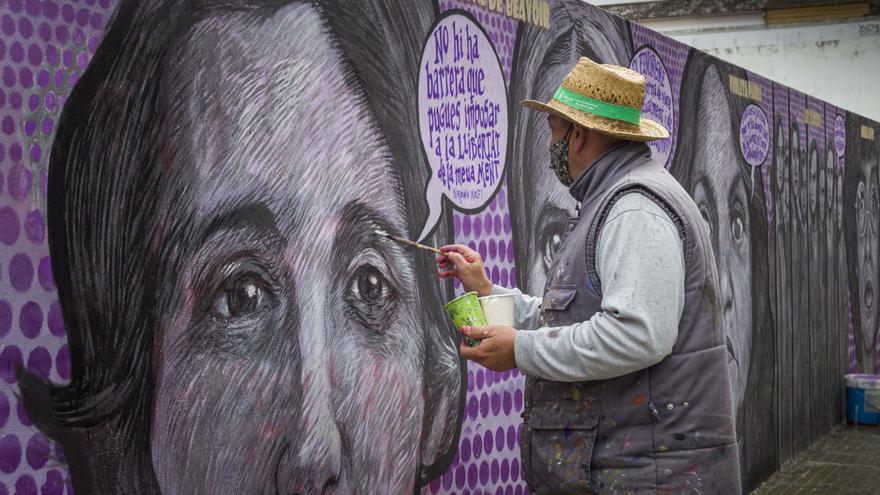 El autor repara el mural feminista atacado en Gandia