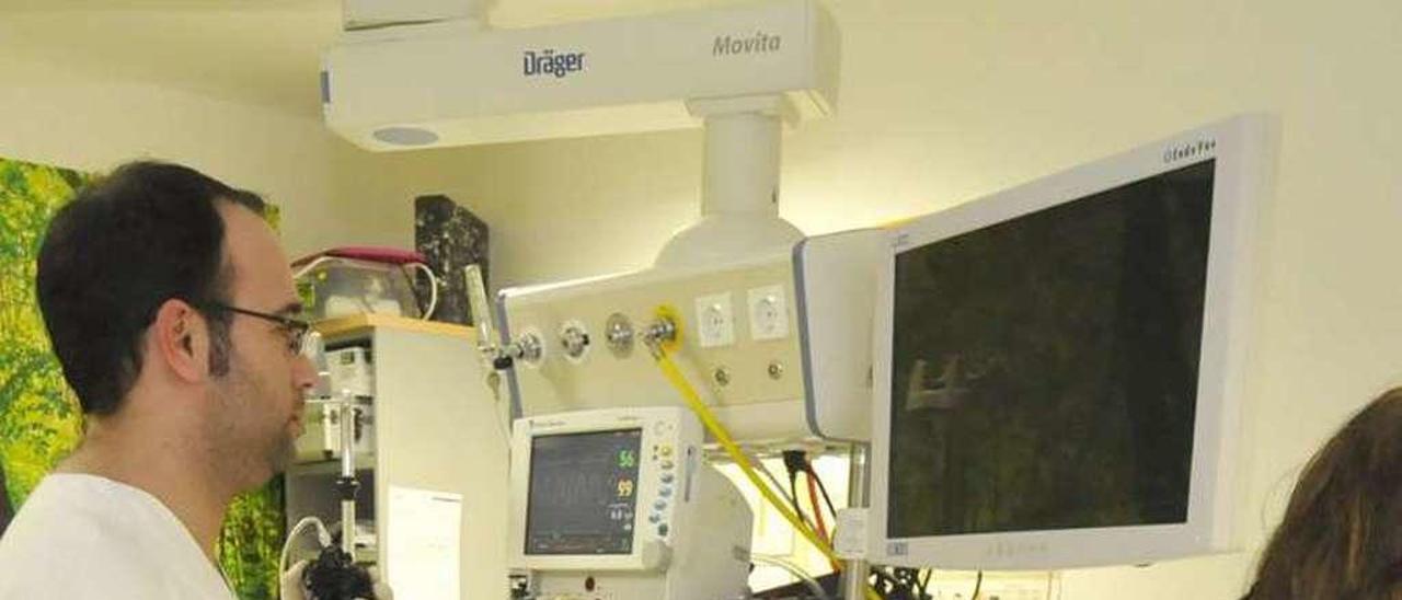 Un doctor realiza una colonoscopia a un paciente en Mieres.