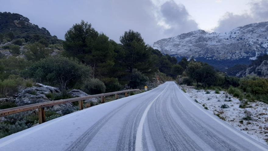 Tranquilidad en las carreteras de la Serra de Tramuntana, a pesar del festivo, en la sexta jornada de nevadas