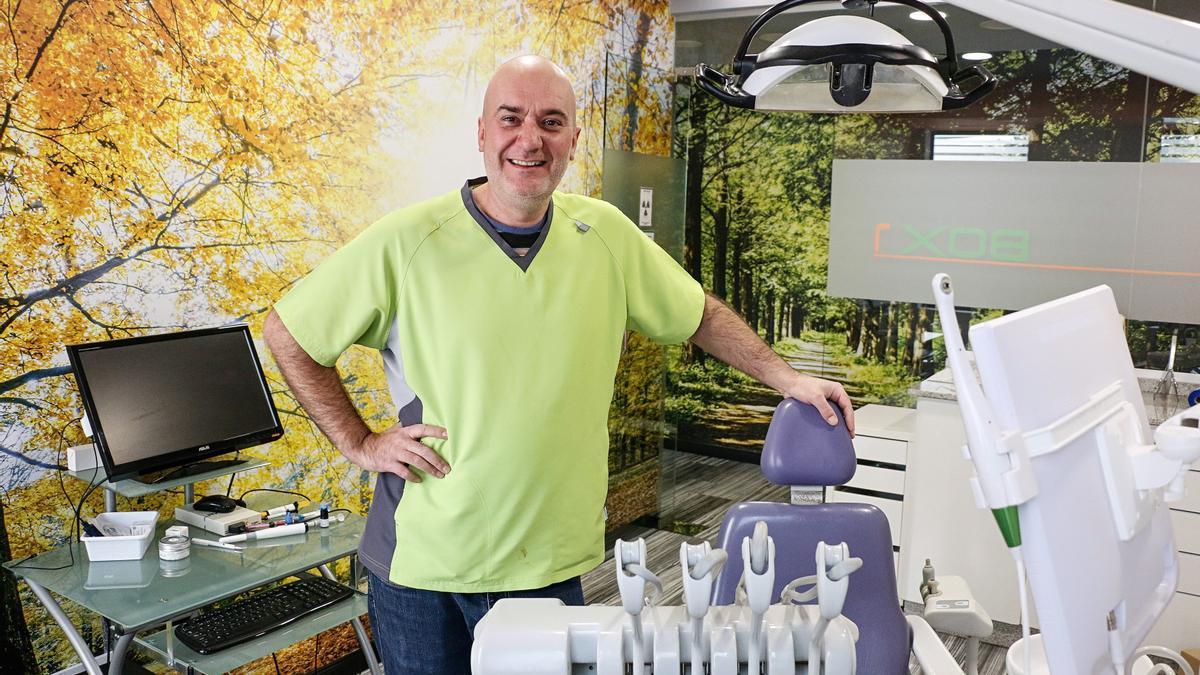 Pablo Posada, en su clínica dental Biodent