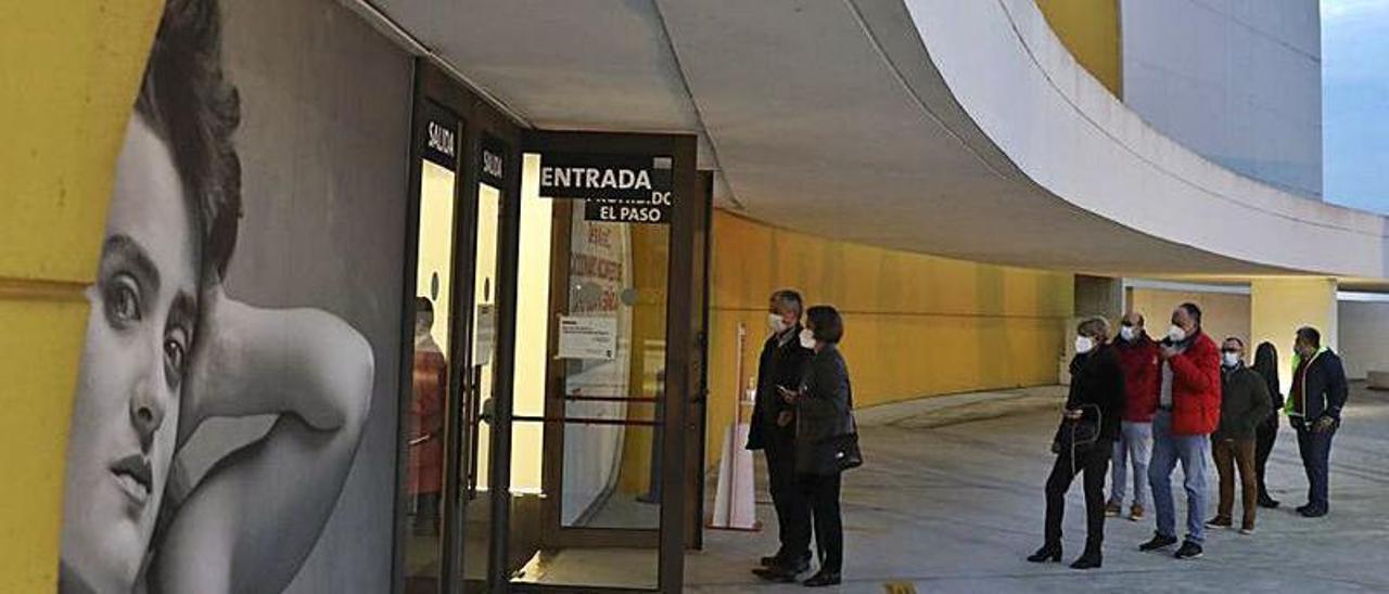 Espectadores haciendo cola para entrar en el auditorio del Niemeyer.