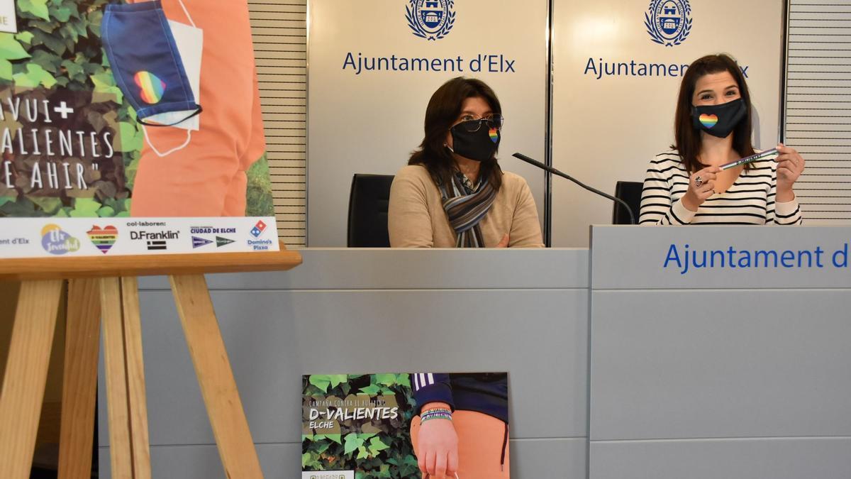 La concejala Marga Antón, hoy durante la presentación de la campaña contra el acoso escolar y la homofobia que se realizará en 17 institutos de Elche