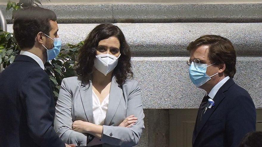 Casado aplaza la batalla del PP de Madrid mientras Almeida y Ayuso se miran de reojo