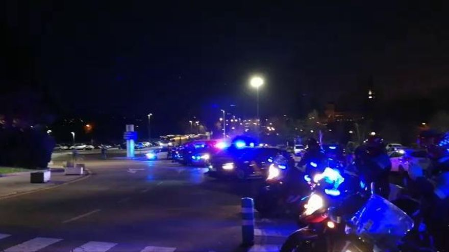 Emotivo homenaje de la Policía aplaudiendo a los sanitarios del Hospital de Cabueñes