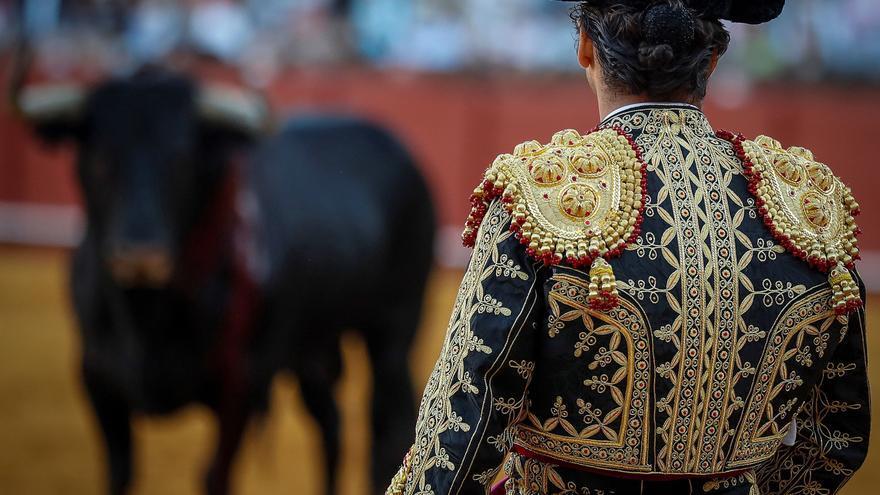 La terna de novilleros impone en Sevilla su verdad y su entrega a una peligrosa mansada