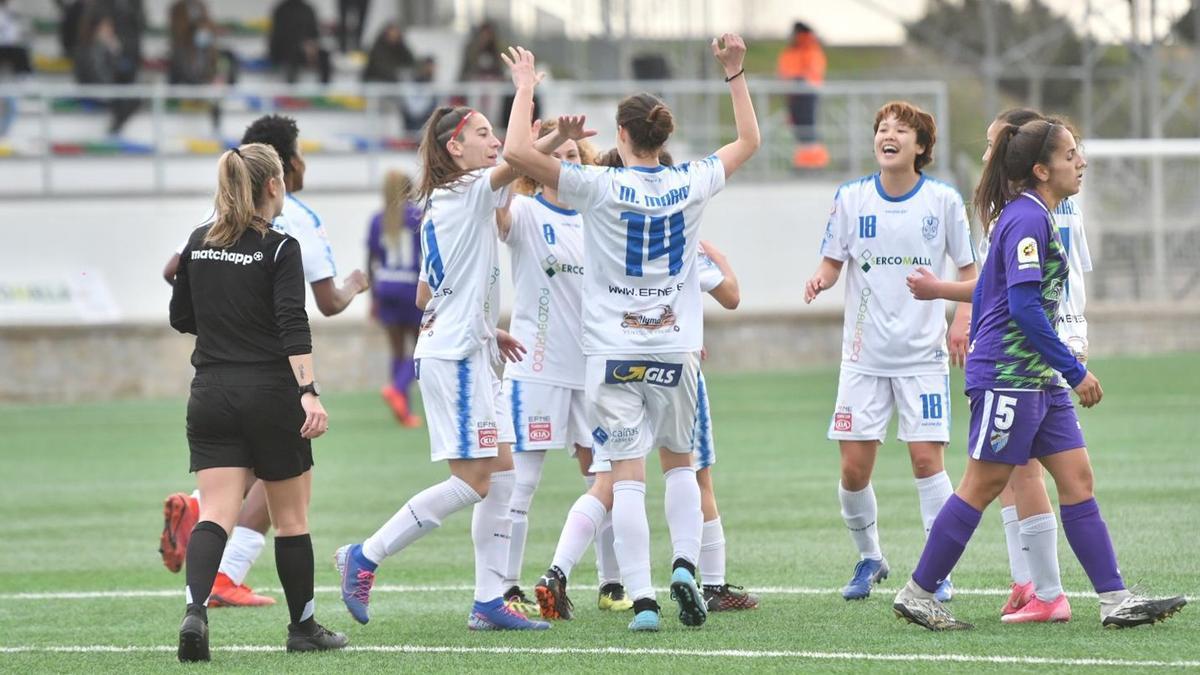 María Marín celebra con sus compañeras la victoria ante el Málaga.