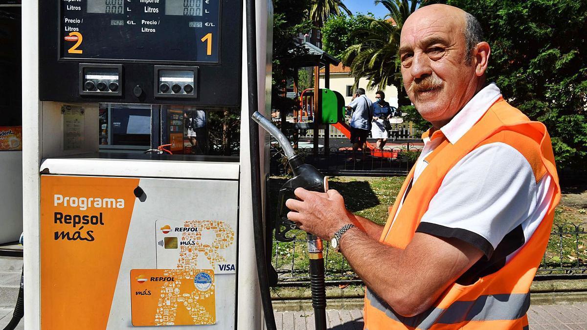 Francisco Raposo, a dos semanas de su jubilación, posa junto al surtidor de la gasolinera en la que trabaja desde 1983.     // VÍCTOR ECHAVE