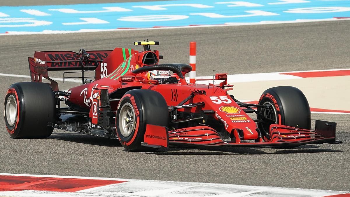 El piloto español Carlos Sainz a los mandos del Ferrari.