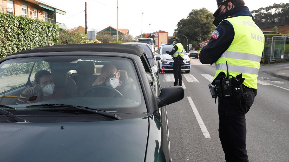 Policía Local de Avilés en un control del cierre perimetral, en una imagen de archivo.