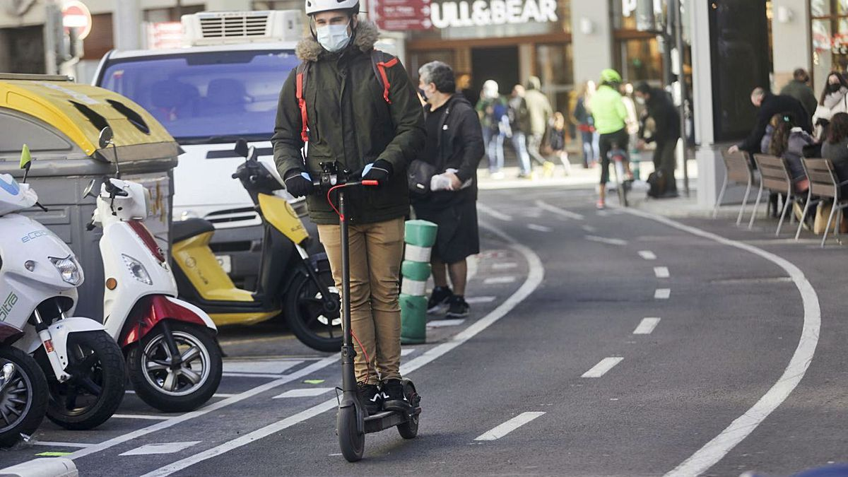 Un usuario circula con su patinete ayer por València, de forma correcta. | LEVANTE-EMV