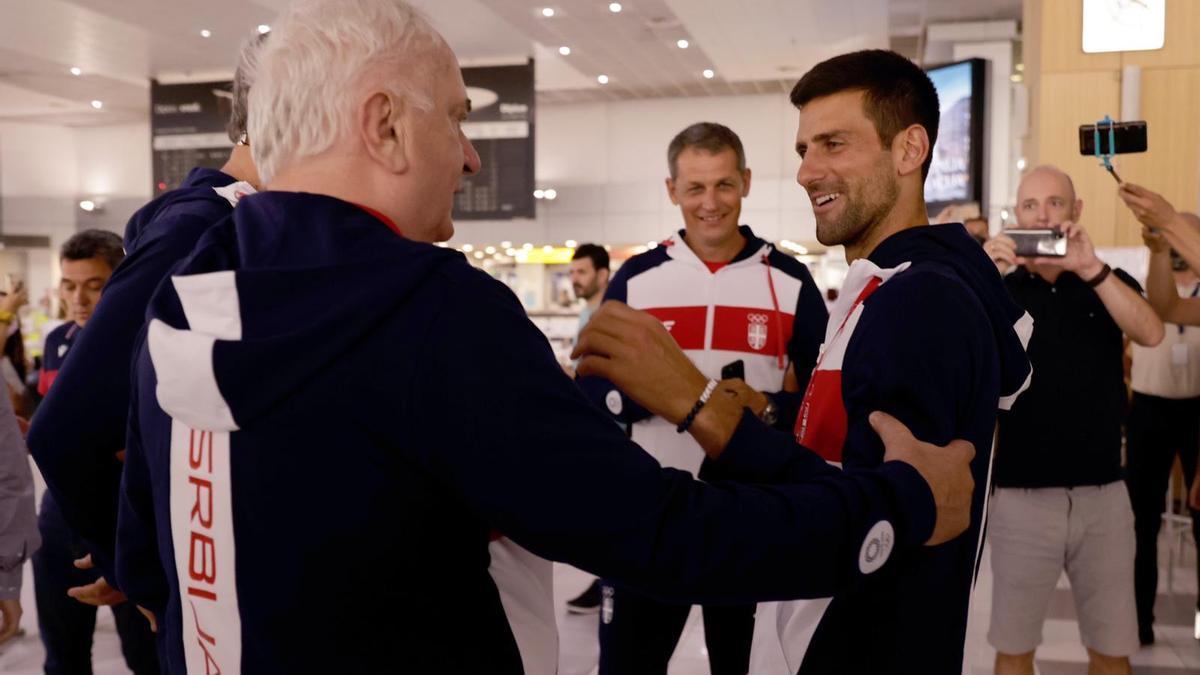 Maljkovic charla con Djokovic en el aeropuerto, antes de viajar a Tokio.