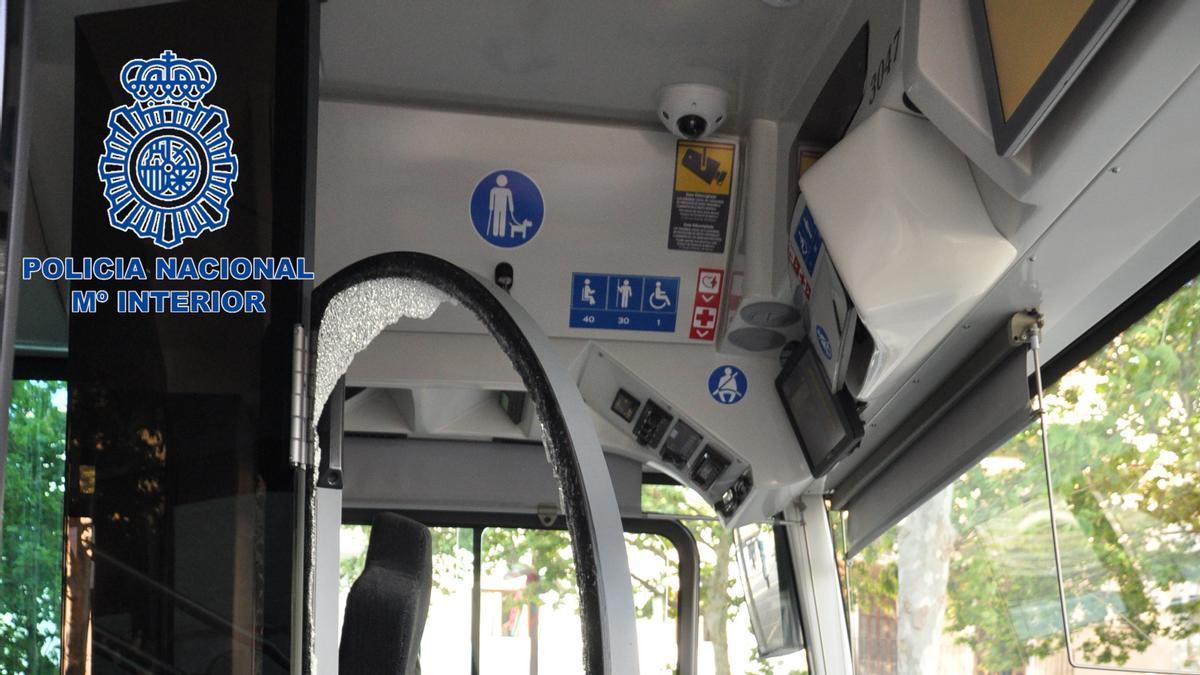 El individuo destrozó una mampara del autobús.