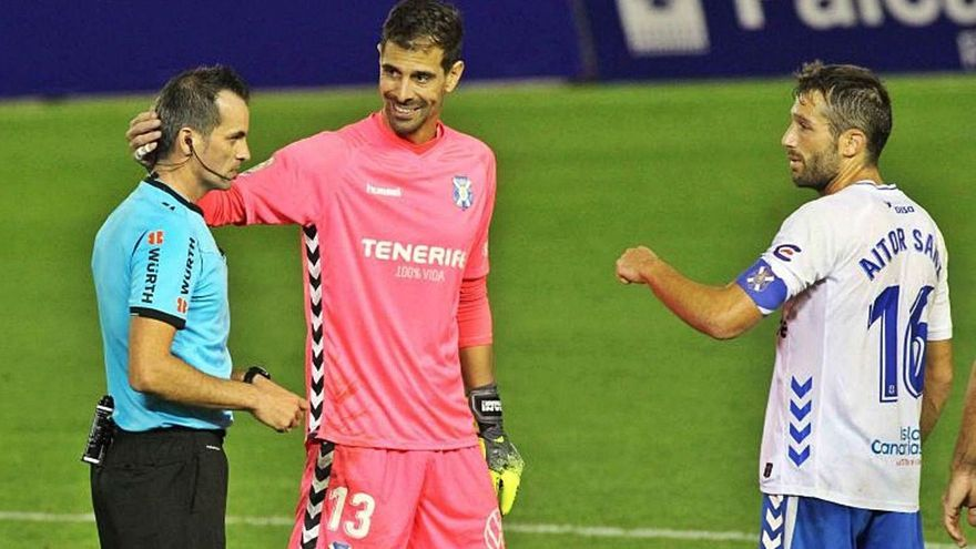 Dani Hernández y Aitor Sanz saludan a Milla Alvendiz después del Tenerife-Leganés de esta temporada.