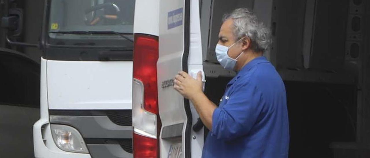 Un trabajador con mascarilla en Valencia.