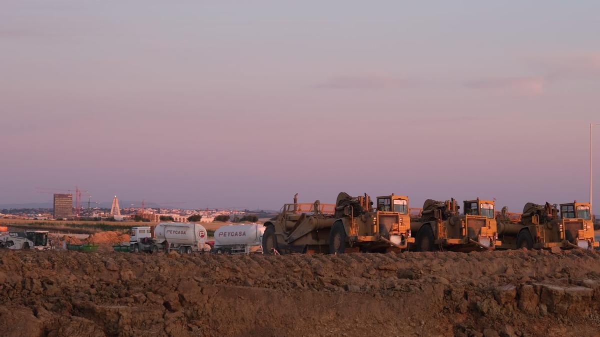 Maquinaria en la parcela donde Amazon tendrá su centro logístico en Badajoz.
