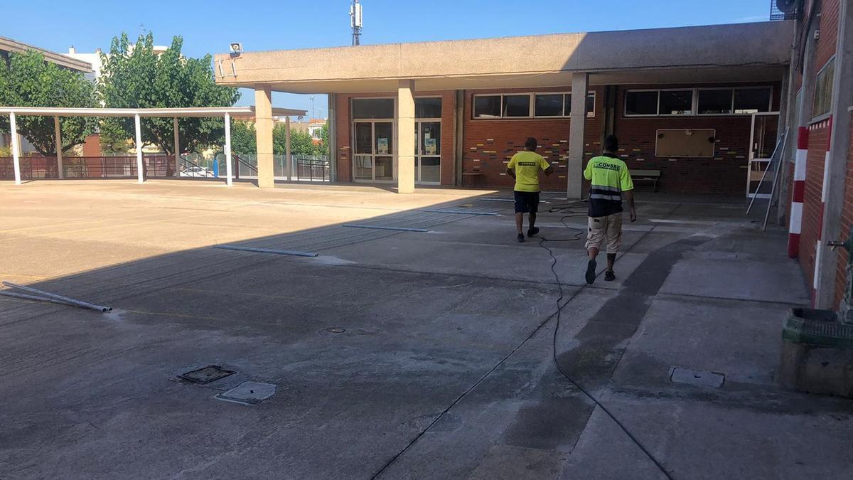 Operarios de la adjudicataria, Consbe, llevan a cabo la construcción del patio coeducativo del colegio Cervantes-Dualde de Betxí.