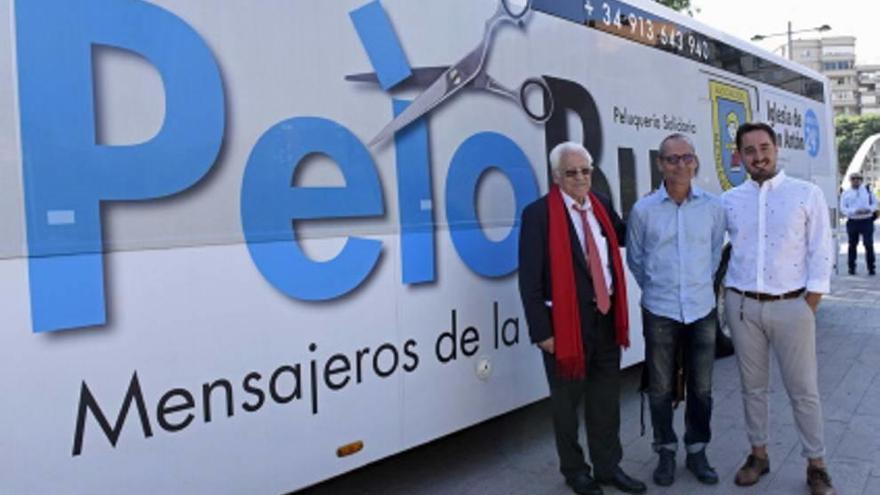 El 'Pelobús' llega a la Región para cortar el pelo a los más necesitados